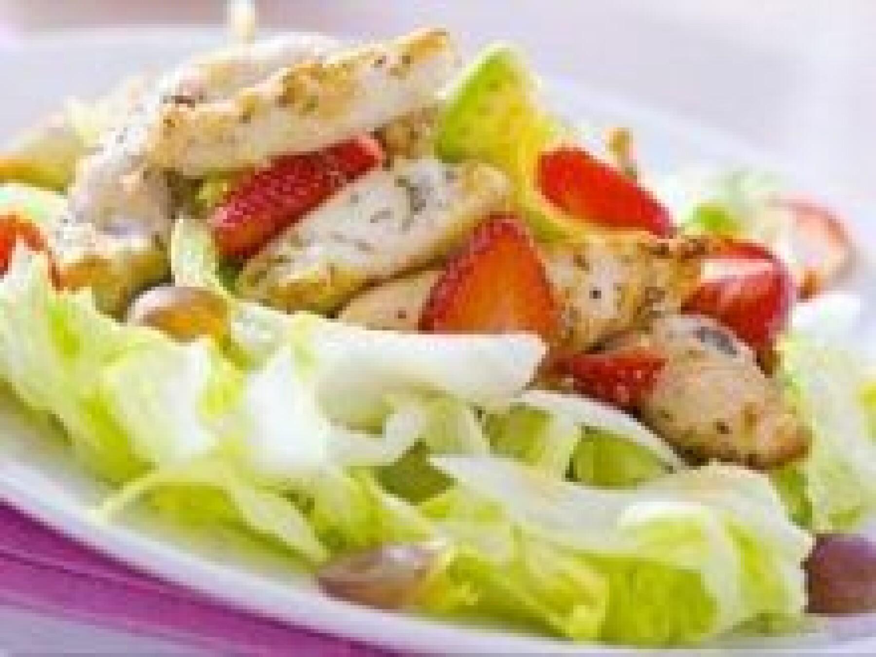 Salade au poulet, à l'avocat et aux fraises