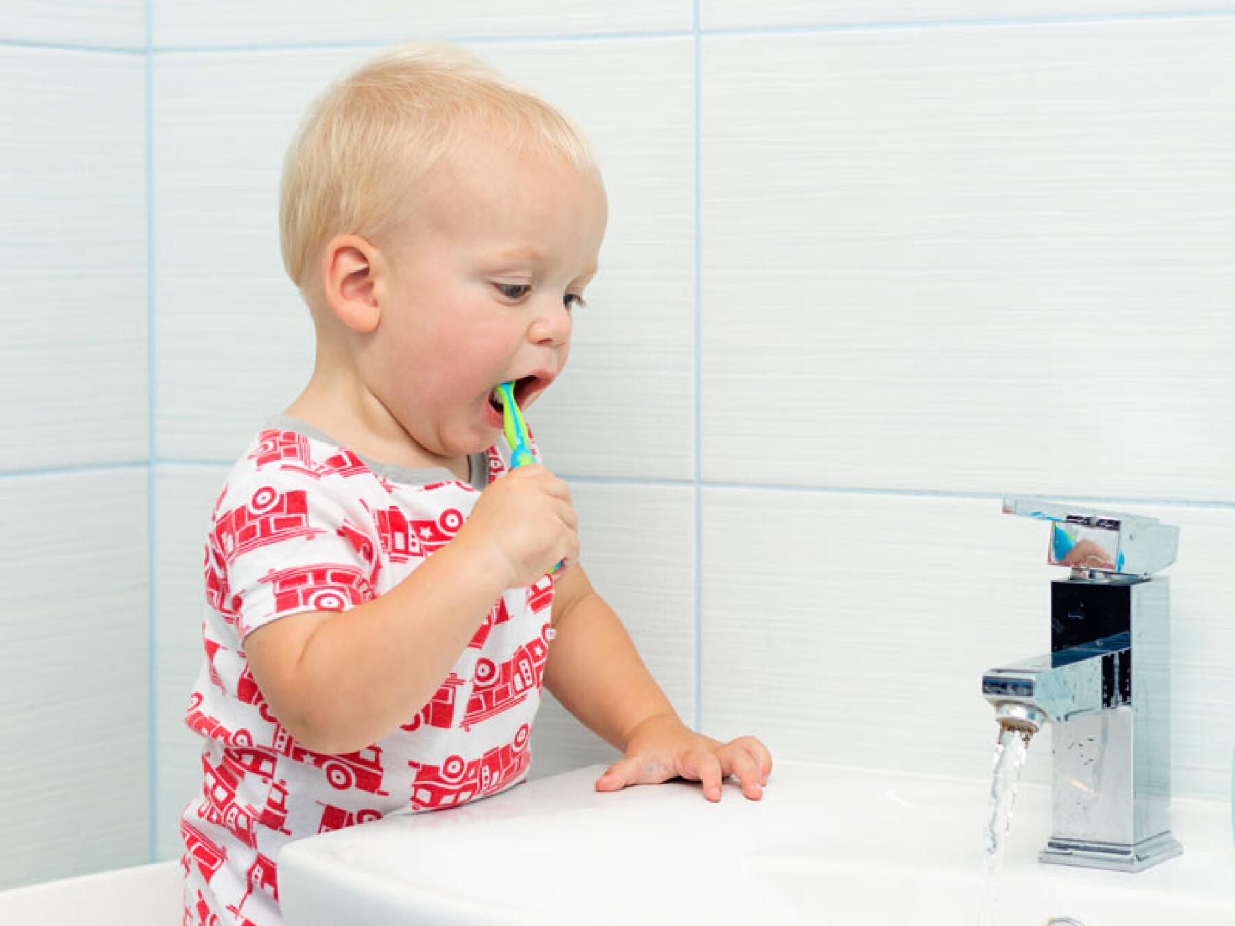brosser dents bébé