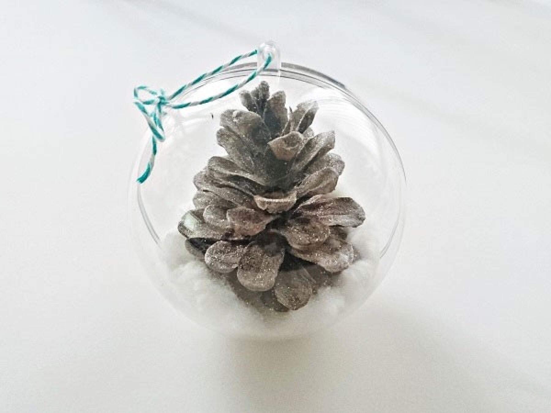 Bricolage : la boule de Noël en pomme de pin